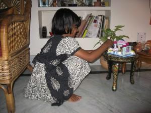 Sujits datter leger med lego i det nye hus