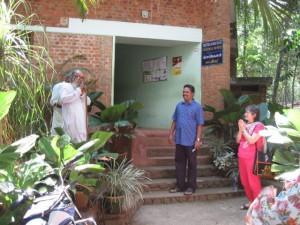 Wisvanathan og Reghu foran hovedkontoret på Mitraniketan