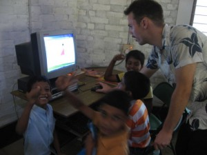 Marco - socialpædagogstuderende fra DK holder sommerskole om medier for elever på Mitraniketan