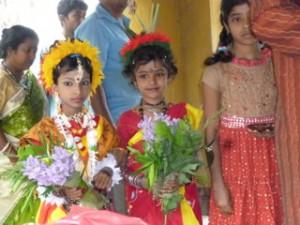Små piger klædt på til dans på musikskolen