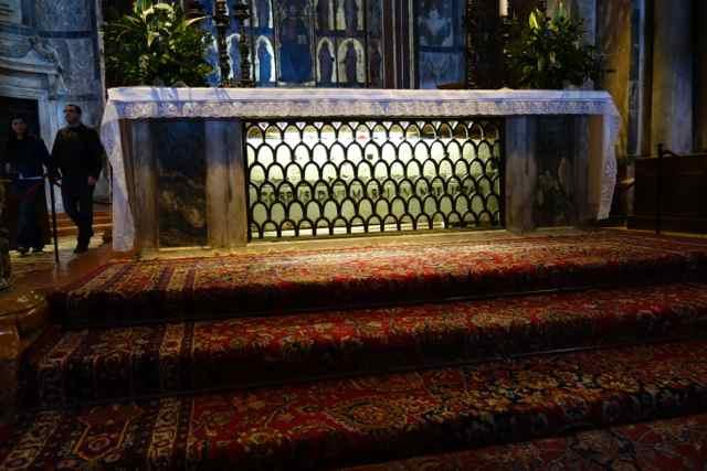 Kisten med St. Markus knogler finder man ved højalteret i Markuskirken